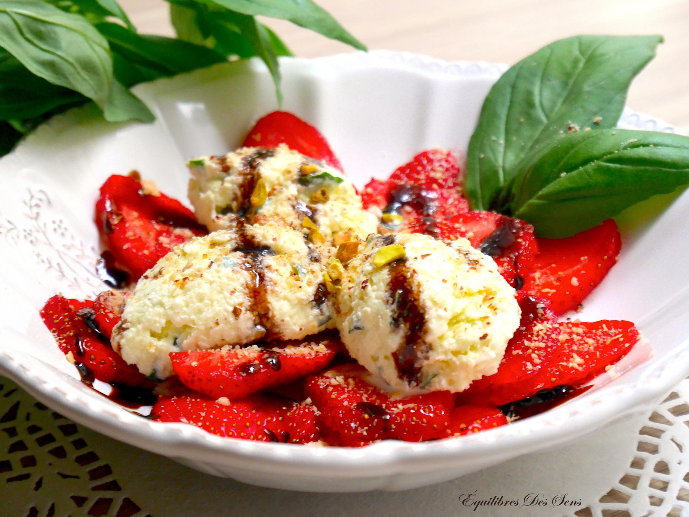 Les fraises, le basilic et le balsamique s'allient merveilleusement dans ce carpaccio savoureux !