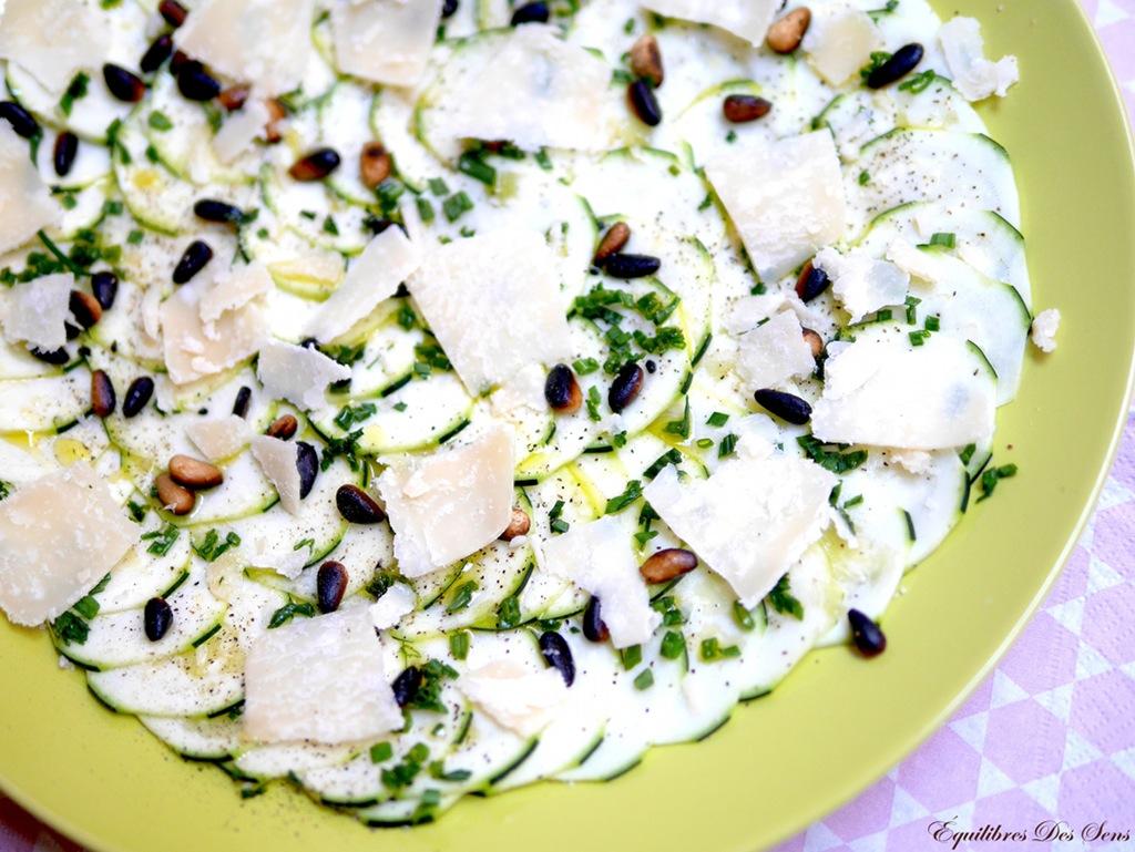 Irrésistible carpaccio de courgettes aux pignons grillés et au parmesan ! Addiction garantie :-)