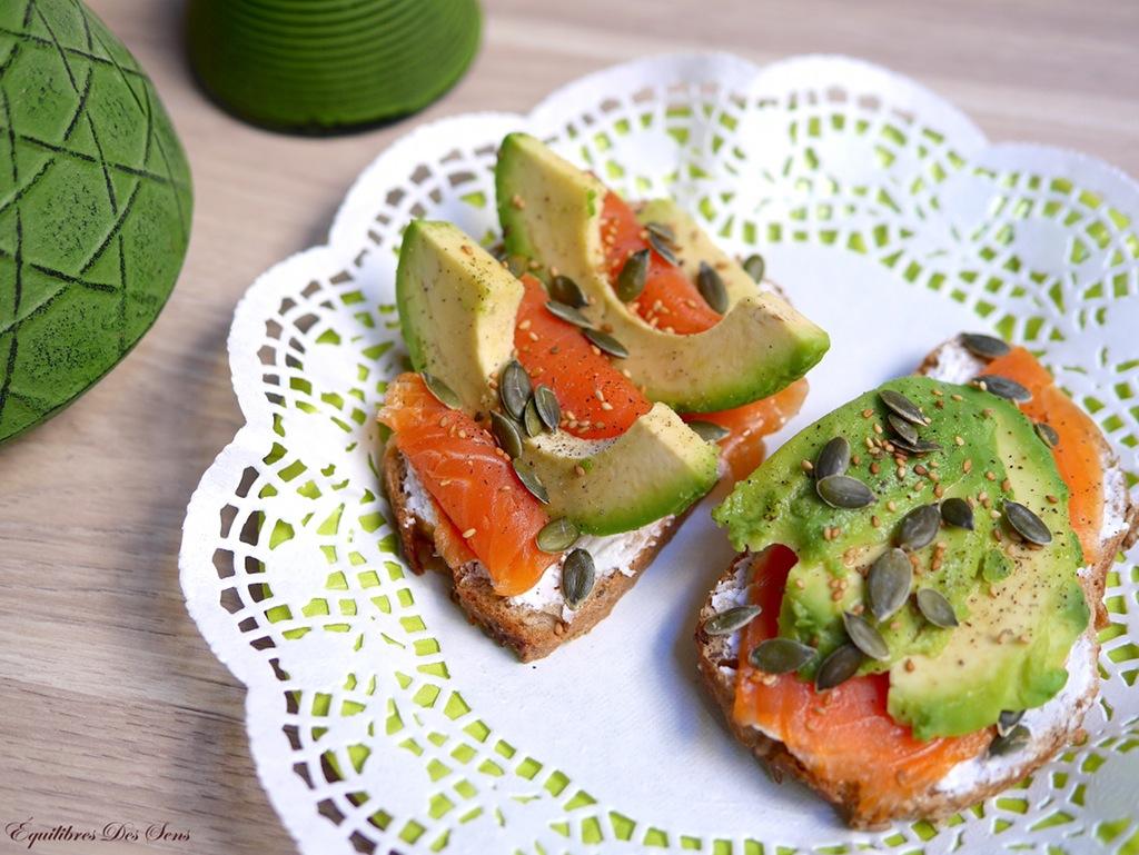 Tartines saumon-avocat-fromage frais pour un repas gourmand et équilibré !