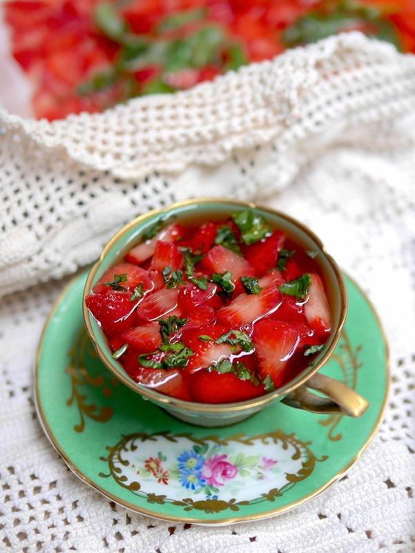 Soupe de fraises au basilic exquise, fraîche et savoureuse pour profiter des dernières fraises du marché^^